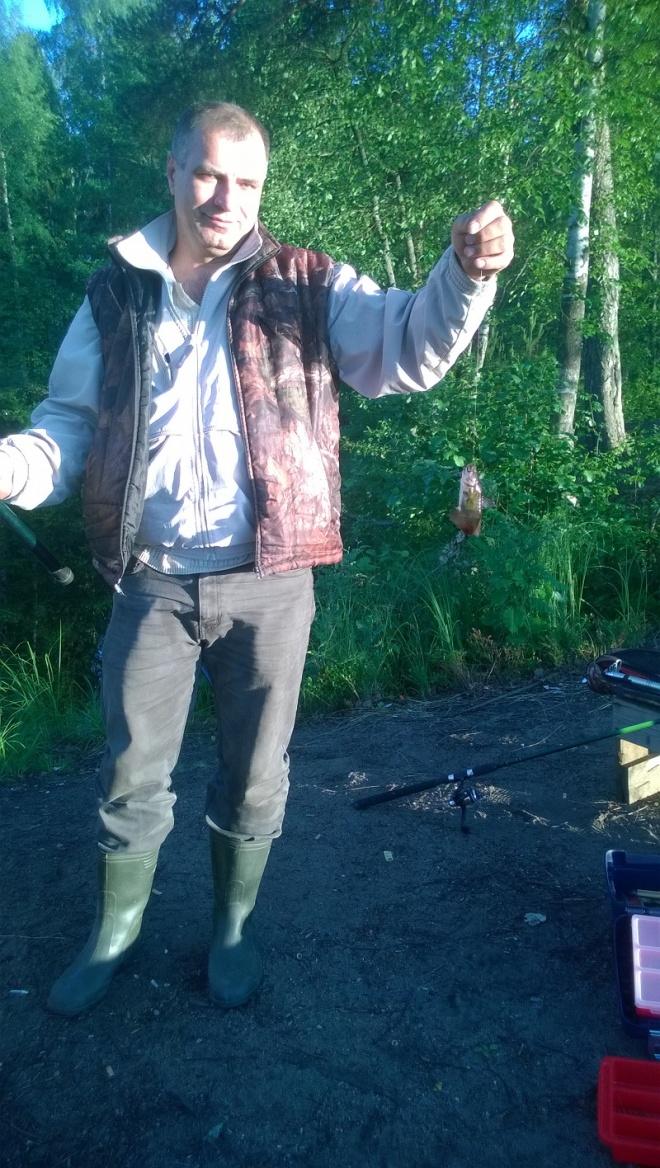 дядя поймал первую рыбку)